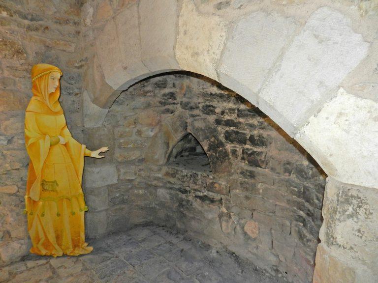 Cheminée du four à pain du château de Peyrelade