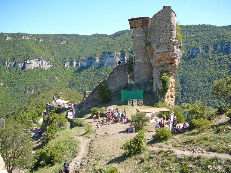 Vue du rocher du château de Peyrelade depuis la basse cour